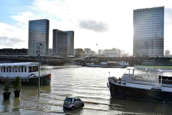 بالا آمدن آب رودخانه زندگی در پاریس را مختل کرد