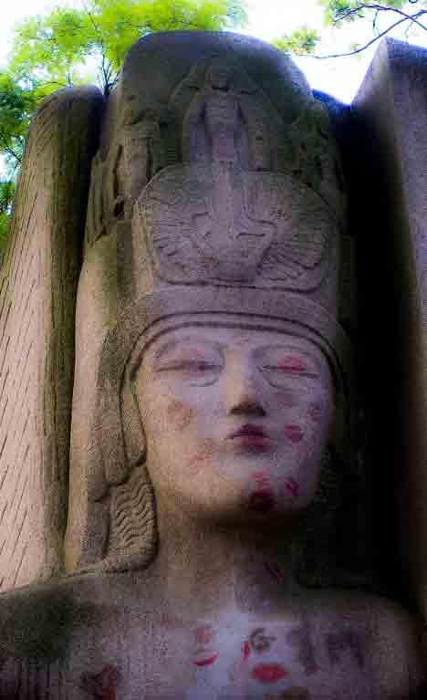 قبر اسکار وایلد | قبرستان پرلاشز