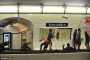 کودکان جیب بر متروی پاریس | مراقب  کودکان جیب بر متروی پاریس باشید