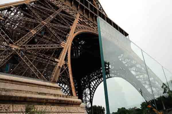 برج ایفل و جدار شیشه ای ضدگلوله