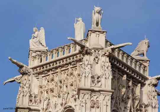 statue au sommet de la Tour