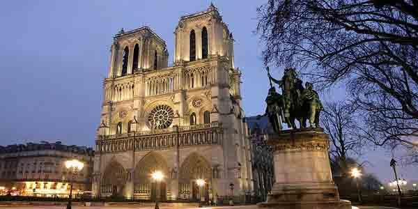 دو برج کلیسای نتردام پاریس